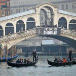 A banner reading ''Je suis Charlie''†(I am Charlie) is displayed on the Rialto Bridge across the Grand Canal in Venice, northern Italy, 10 January 2015, as a show of solidarity with the victims of the killing at 'Charlie Hebdo' headquarters in Paris. ANSA/ANDREA MEROLA